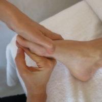 Travailler la colonne vertebrale par les pieds